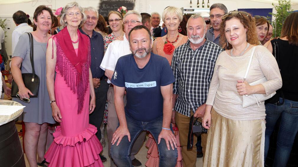 Miembros del club de conversación solidario de Mister John posan para la foto durante su visita ayer a la caseta de Diario de Jerez.