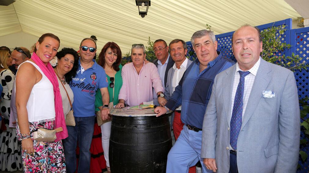Pedro Ruiz y Pedro Robles, de las empresas de cerámicas La Ballena y Colorker, ayer junto a un grupo de amigos y el director comercial del periódico, Benjamín Sánchez.