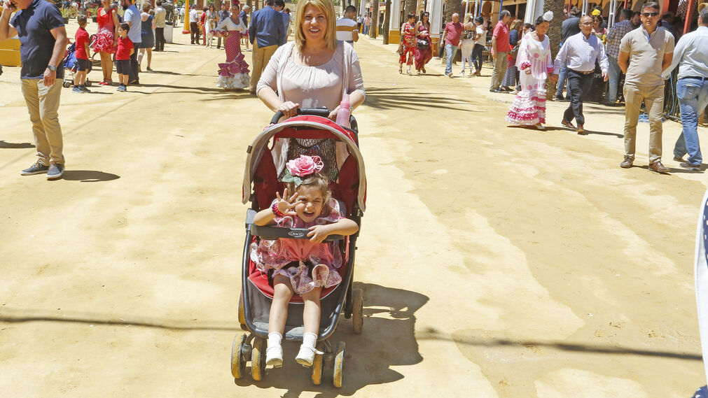 La alcaldesa pasea a su hija ayer por el Hontoria.