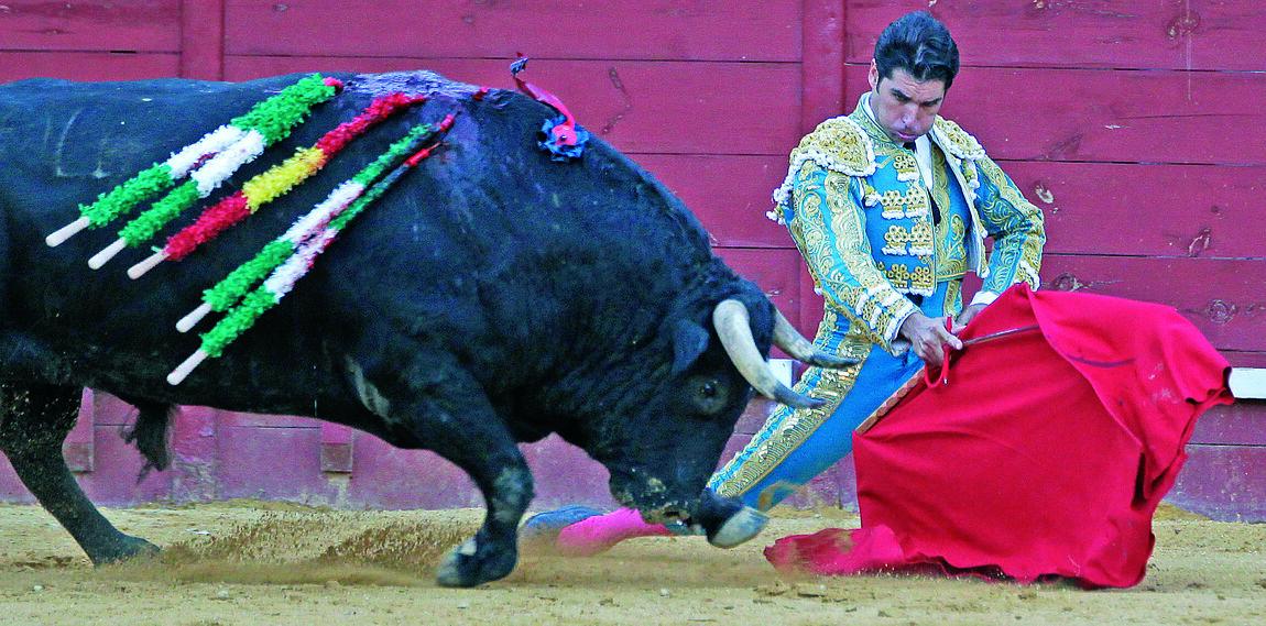 Los doblones iniciales de Cayetano con su segundo toro, el del triunfo, peculiares de su personalidad artística.