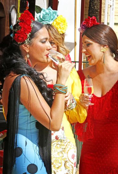 Unas jóvenes beben y disfrutan ayer de la Feria del Caballo.