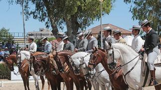 Los participantes en la final de Doma Vaquera forman ayer ante la tribuna del jurado de la prueba en el Depósito de Sementales.