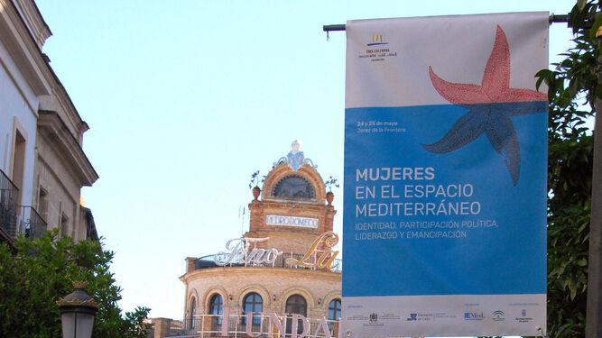 Una de las banderolas que adornan la calle Larga.