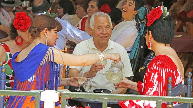 Imagen de una familia bebiendo 'rebujito' en una caseta.