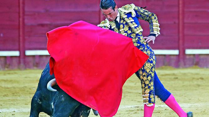 La elegancia en las formas toreras de Manzanares le confiere mucha prestancia a su toreo.
