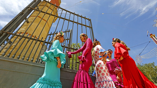 Un grupo de mujeres, entrando en el Real de la Feria ayer vestidas de gitana