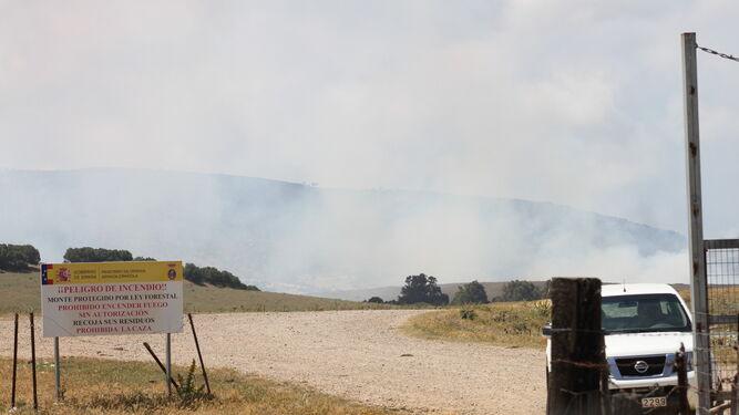 El humo del incendio en el campo de adiestramiento del Retín, visible ayer por la mañana