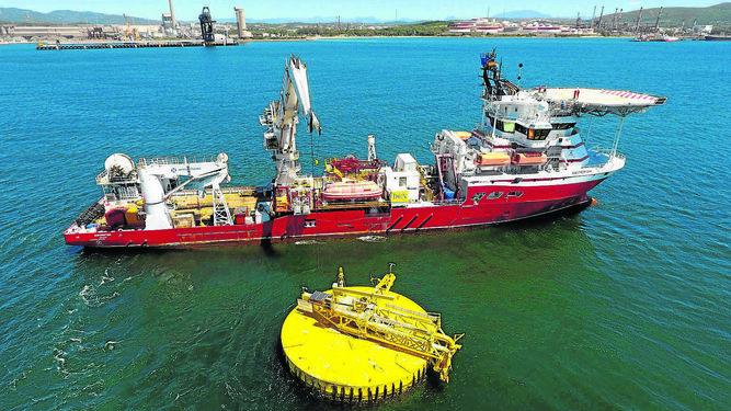 El buque 'Swordfish' durante sus operaciones en la Bahía de Algeciras. Carthago Servicios Técnicos mantenimiento de cámaras hiperbáricas.