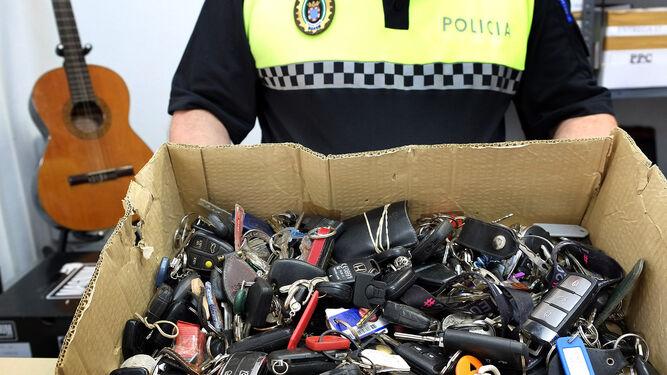 Caja llena de llaves, a la espera de ser reclamadas por sus propietarios.