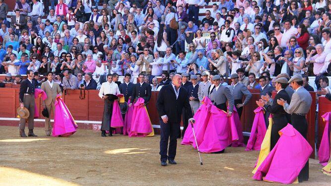Manuel Rodríguez 'El Mangui ', recibiendo un homenaje.