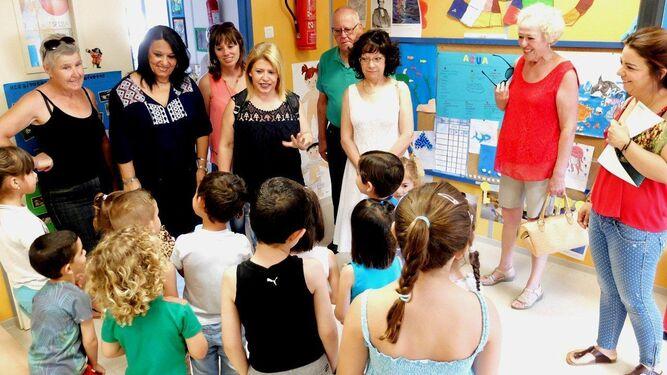 La alcaldesa, ayer por la mañana, con los niños del colegio público de Lomopardo.