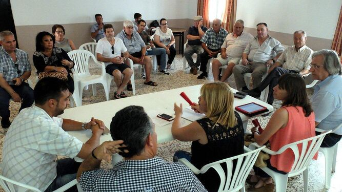 Un momento de la reunión con los vecinos de Gibalbín.
