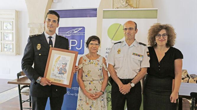 Ingelmo sostiene el trofeo ayer junto a Carmen Collado (iz.), Pepa Pacheco (der.) y familiares de Juan Andrés García.