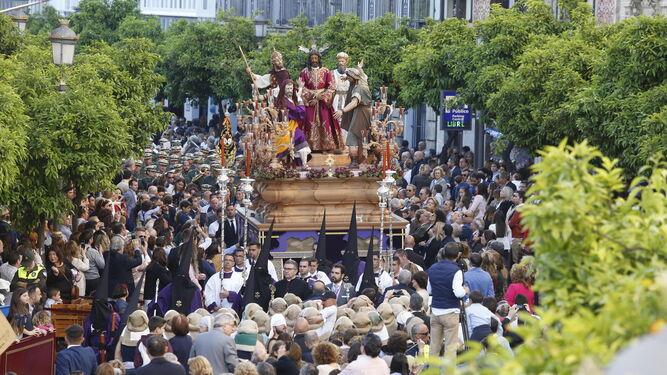 La hermandad de Pasión pasando por la carrera oficial por primera vez en la pasada Semana Santa.