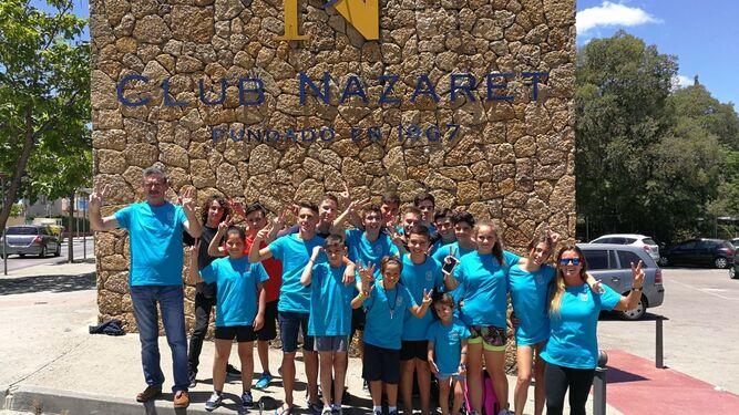 Parte de la expedición del Club Nazaret, en la entrada del club jerezano.
