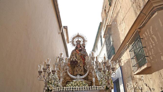 La Santísima Virgen del Carmen avanza por la calle que lleva su nombre, rodeando la iglesia basilical.