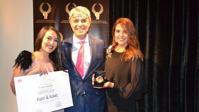 Ana y Laura, junto a Agustín Bravo en la recogida del premio en Málaga.