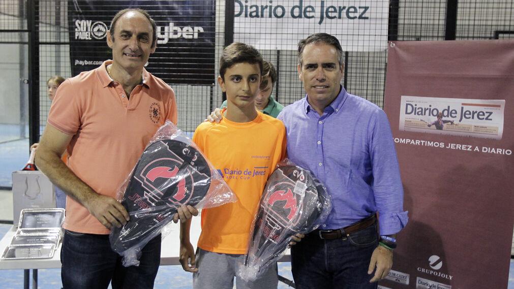 Antonio Poyatos y Pablo Torti, campeones de la Categoría B, junto a Rafael Navas, director de Diario de Jerez, en la entrega de premios.