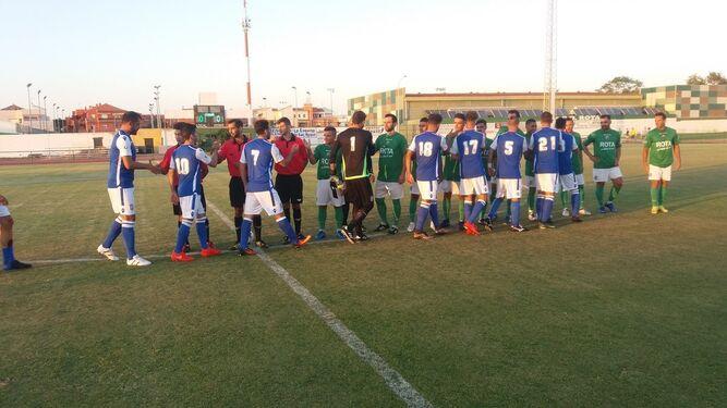 Futbolistas y trío arbitral, saludándose antes del inicio del partido en el Navarro Flores.