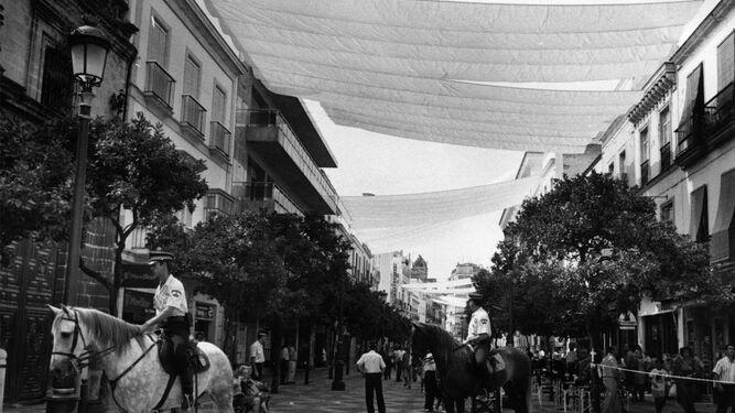 Imagen de los toldos en calle Larga hace 20 años, una experiencia que no fue satisfactoria.