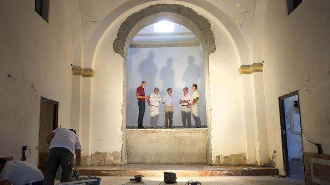 Francisco Camas, acompañado de técnicos de su área, visita las obras de rehabilitación de la ermita de San Telmo.