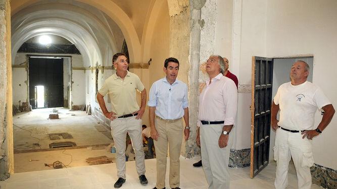 Otro momento de la visita al proyecto de restauración del edificio religioso.