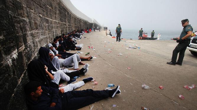 Un grupo de migrantes espera a ser atendido en el puerto tarifeño.