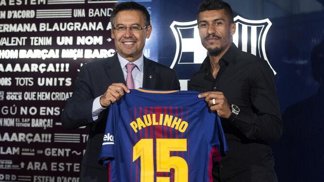 Paulinho, junto a Bartomeu en su presentación como nuevo jugador del Barça.