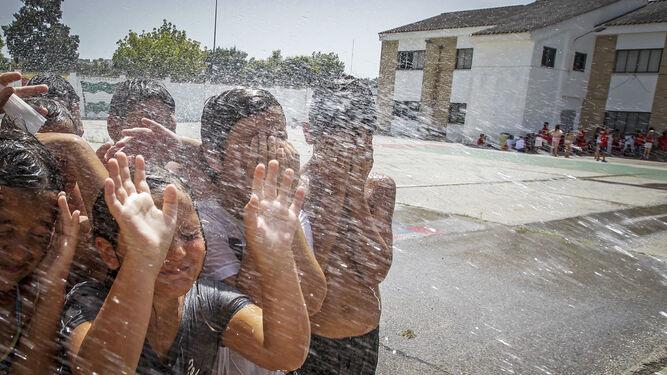 Jóvenes jugando ayer con el agua.