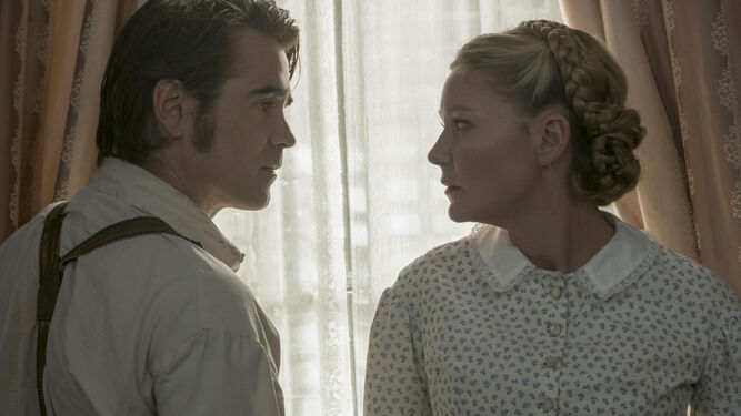Colin Farrell, que interpreta al soldado herido que perturba la paz del colegio, en una escena junto a Dunst.