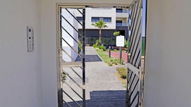 Detalle de uno de los accesos a los espacios comunes de la urbanización.
