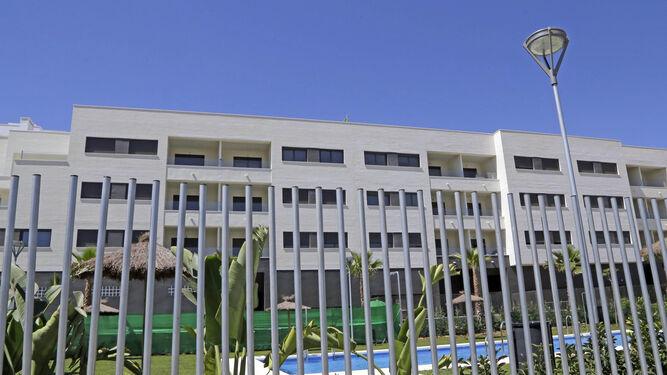 Edificio de la primera fase del Residencial Plazo Norte, en la avenida Caballero Bonald, con la piscina comunitaria en primer plano.