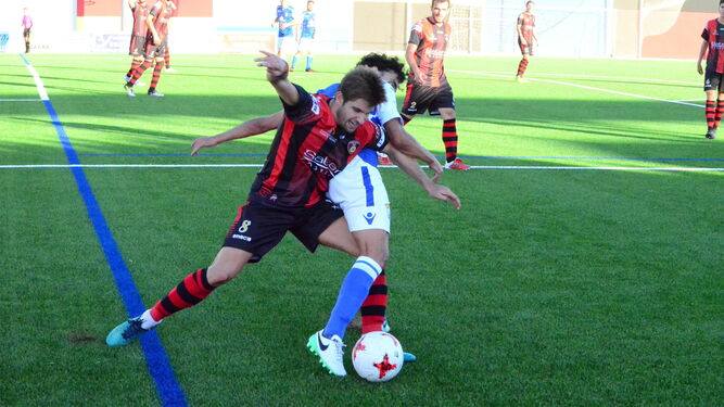 Guerrero, tratando de impedir que Montero se haga con el control del balón.