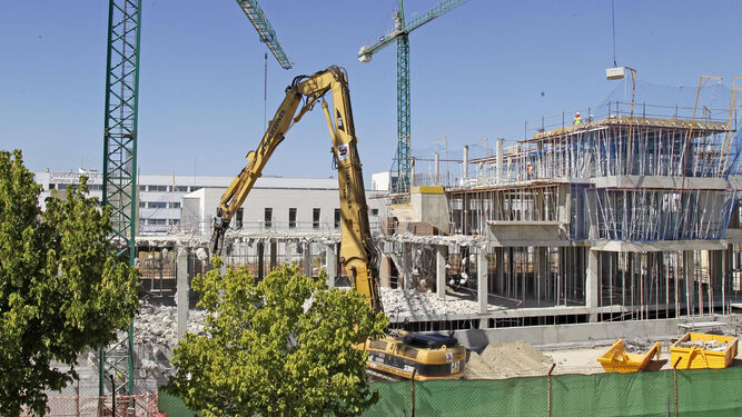 Imagen general de la demolición que se está realizando en la comisaría del Cuerpo Nacional de Policía.