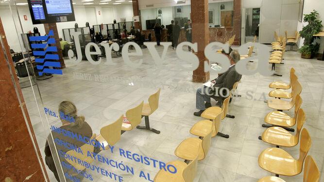 Imagen retrospectiva de la oficina de la empresa municipal de la recaudación y servicios en la calle Latorre.
