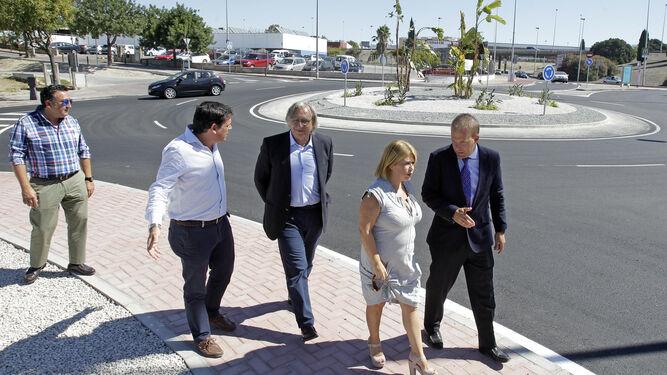 La alcaldesa y el director de producción de González Byass, ayer en la nueva rotonda en la avenida de Rota.