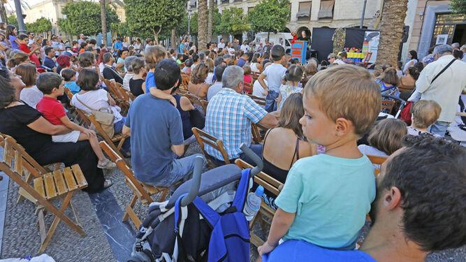 Una de las actuaciones de títeres celebrada ayer en la plaza del Arenal.