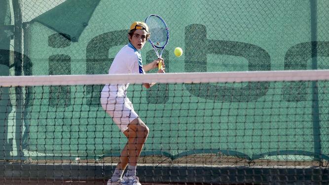 Borja Delgado (i), de la Escuela de Tenis del Club Nazaret, cayó ante Juan Antonio Dugo.