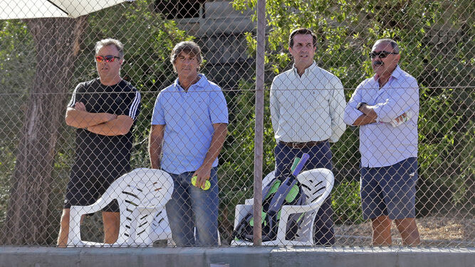 El Club Nazaret, con sus raquetasCarlos Sainz camina hacia Renault