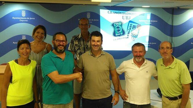 La nueva directiva del UB Jerez, tras la asamblea en la que se aprobó la fusión y unificación de Zona Oeste-Chajeba 04 y CD Jerez 2010.