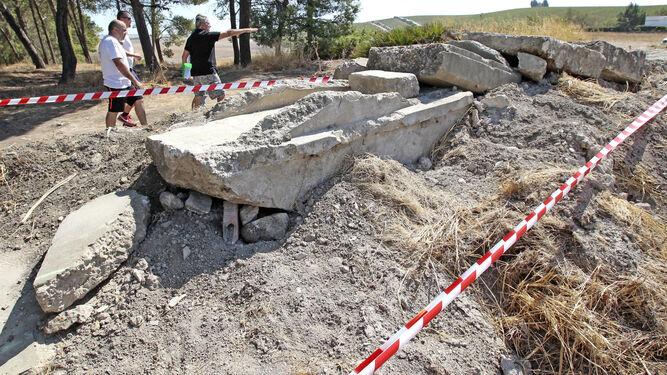Escalera de obstáculos construida con restos de un antiguo canal que discurría por el mismo lugar.