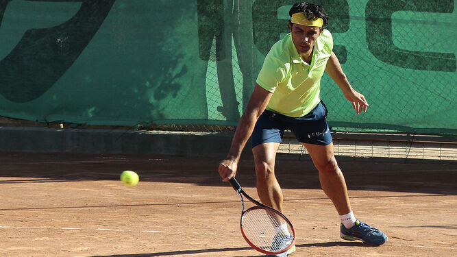 Quino Muñoz, primer cabeza de serie, devuelve una bola de revés durante la semifinal de ayer.