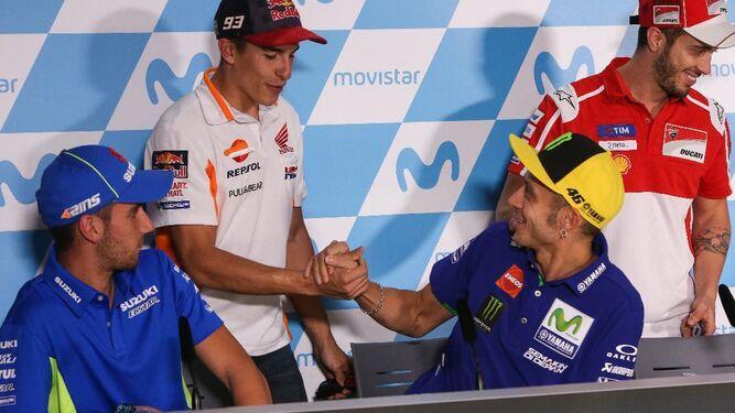 Marc Márquez saluda a Valentino Rossi ayer en la rueda de prensa previa a la carrera en MotorLand.