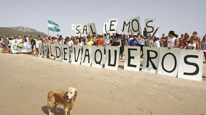 Una de las manifestaciones de ciudadanos contra el Plan Parcial de Valdevaqueros.