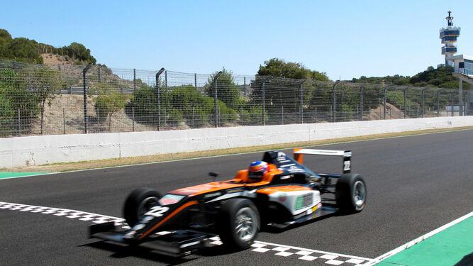 Un Fórmula 4 de la Spanish Fórmula pasa por la línea de meta durante los entrenamientos de ayer.