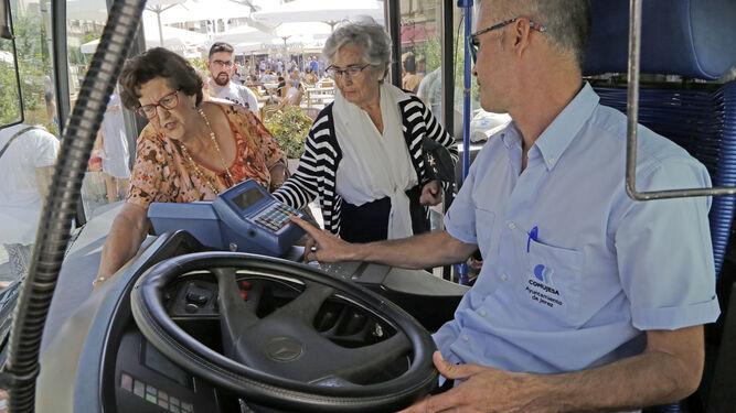 Dos mujeres suben ayer al autobús, que fue gratuito en todas las líneas.