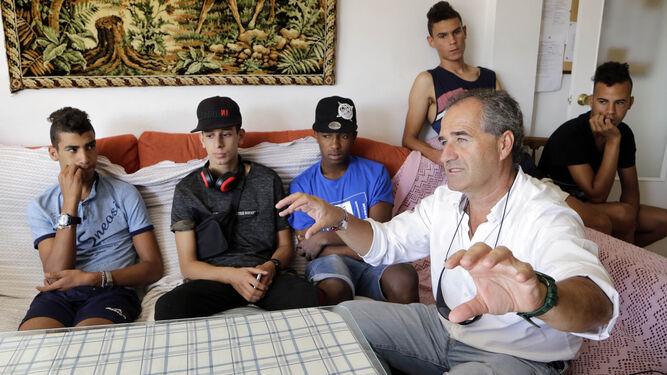 Michel Bustillo, de la ONG 'Voluntarios por Otro Mundo', con algunos de los jóvenes que residen en un piso tutelado.