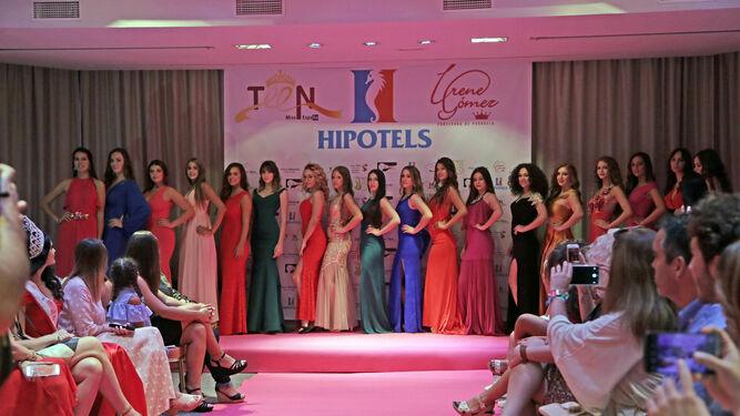 Las diferentes aspirantes a Miss Teen 2017, posando después de desfilar.
