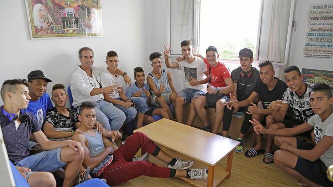 Un grupo de jóvenes en uno de los pisos tutelados de la ong.