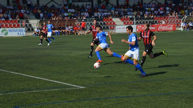 Pedro Carrión avanza mientras Fran Jiménez inicia el desmarque.
